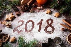 Neues Jahr 2018 geschrieben auf Mehl-Weihnachtskarte Stockbild