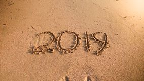 2019 neues Jahr geschrieben auf nass Sand auf dem Ozeanstrand Konzept von Winterurlauben, von Weihnachten und von Tourismus stockfotos