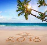 Neues Jahr 2018 geschrieben auf sandigen Strand Stockfotografie