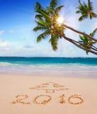Neues Jahr 2016 geschrieben auf sandigen Strand und Sonne Lizenzfreie Stockbilder