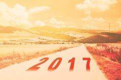Neues Jahr 2017 geschrieben auf warmen Filter appl der Landstraßelandschaft Stockfotos