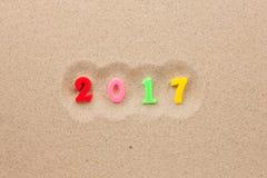 Neues Jahr 2017 geschrieben in den Sand Stockbild