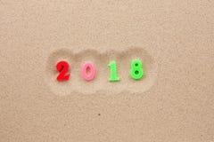 Neues Jahr 2018 geschrieben in den Sand Stockbilder