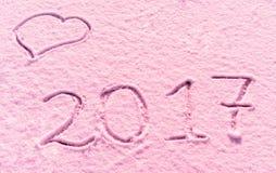 2017 neues Jahr geschrieben in Mehl auf den hölzernen Hintergrund Lizenzfreie Stockfotografie