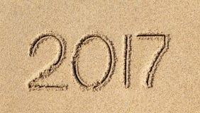 Neues Jahr 2017 geschrieben in Sand Stockfotografie
