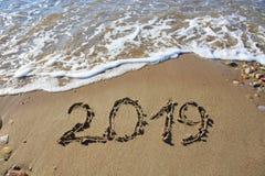 Neues Jahr 2019 geschrieben in Sand Stockfoto