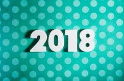 Neues Jahr: Hölzerne Zahlen für 2018 auf blauer Polka Dot Background Stockfoto
