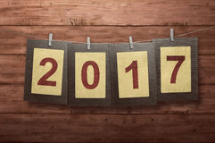 Neues Jahr 2017 im Fotorahmen, der an der Wäscheleine hängt Lizenzfreie Stockfotografie