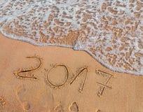 Neues Jahr 2017 ist das kommende Konzept, das auf sandigen Strand geschrieben wird Stockbild
