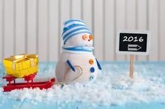 Neues Jahr 2016 ist kommendes Konzept Schneemann mit Rot Lizenzfreie Stockfotografie