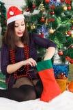 Neues Jahr Junge Schönheit nahe dem Weihnachtsbaum Lizenzfreies Stockbild