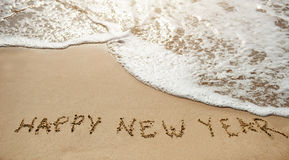 Neues Jahr 2017 kommt - guten Rutsch ins Neue Jahr auf dem Sandstrand Stockbild