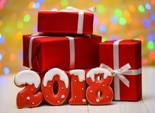 Neues Jahr 2018 machte mit Lebkuchenplätzchen mit bokeh und Blendenfleckmuster auf goldenem Hintergrund, Kopienraum Lizenzfreie Stockfotografie