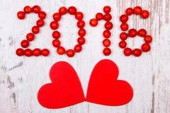 Neues Jahr 2016 machte vom roten Viburnum und von den roten hölzernen Herzen auf altem hölzernem Hintergrund Lizenzfreies Stockbild