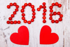 Neues Jahr 2016 machte vom roten Viburnum und von den roten hölzernen Herzen auf altem hölzernem Hintergrund Lizenzfreie Stockbilder