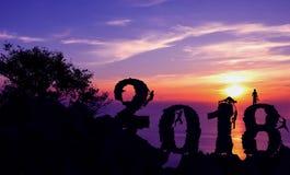 Neues Jahr 2018 mit dem Mann, der auf dem Berg klettert Stockbilder