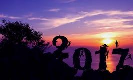 Neues Jahr 2017 mit dem Mann, der auf dem Gebirgshintergrund klettert Stockfotos