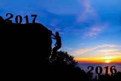 Neues Jahr 2017 mit dem Mann, der auf dem Gebirgshintergrund klettert Stockfoto