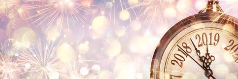 Neues Jahr 2019 - Mitternacht mit Uhr lizenzfreie stockfotografie