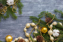 Neues Jahr oder Weihnachtstapete mit Golddekoration Lizenzfreie Stockbilder