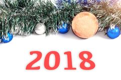 Neues Jahr ` s 2018 Bälle von verschiedenen Farben mit einer Attrappe von einem Chri Lizenzfreie Stockbilder