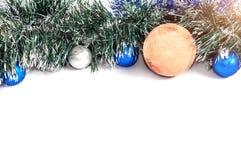 Neues Jahr ` s Bälle von verschiedenen Farben mit einer Attrappe eines Weihnachten Stockfoto
