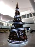 Neues Jahr ` s Baum verziert mit Flugzeugen stockbild