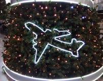 Neues Jahr ` s Baum verziert mit Flugzeugen lizenzfreies stockbild