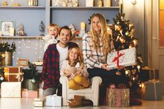 Neues Jahr ` s Bild der glücklichen Familie auf Hintergrund von Weihnachtsdekorationen, Kiefer Lizenzfreies Stockfoto