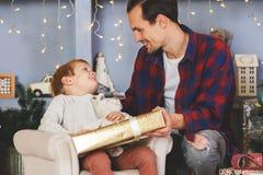 Neues Jahr ` s Bild des Sohns und des Vaters mit Geschenk Stockbilder