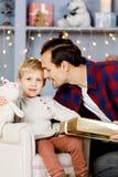 Neues Jahr ` s Bild des Sohns und des Vaters mit Geschenk Stockbild