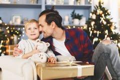 Neues Jahr ` s Bild des Sohns und des Vaters mit Geschenk Lizenzfreie Stockfotos