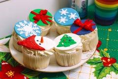 Neues Jahr ` s capcakes auf einer Platte lizenzfreies stockbild