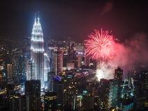 Neues Jahr ` s Eve Fireworks über dem Petronas ragt Kuala Lumpur hoch Stockbild