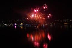 Neues Jahr ` s Eve rotes Wasser Feuerwerke Stockbilder