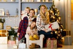 Neues Jahr ` s Foto der glücklichen Familie auf Hintergrund von Weihnachtsdekorationen, Kiefer Lizenzfreie Stockbilder