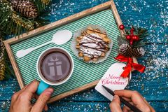 Neues Jahr ` s Foto des Tees mit Bild des Geschenks, Kuchen Lizenzfreie Stockfotos