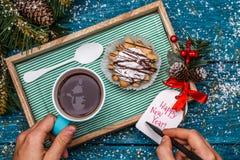 Neues Jahr ` s Foto des Tees mit Bild des Schneemannes, Kuchen Stockfoto