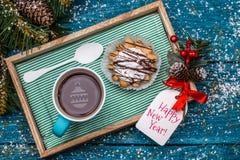 Neues Jahr ` s Foto des Tees mit Spielzeug und Kuchen Stockbilder