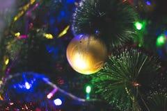 Neues Jahr ` s Grünniederlassungen eines Tannenbaums, mit netten mehrfarbigen Spielwaren Lizenzfreie Stockbilder