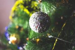 Neues Jahr ` s Grünniederlassungen eines Tannenbaums, mit netten mehrfarbigen Spielwaren Lizenzfreies Stockfoto