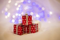 Neues Jahr ` s Hintergrund auf einem weißen Schreibtisch verziert mit Geschenken Lizenzfreie Stockfotos