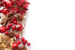Neues Jahr ` s Hintergrund mit Beeren, einer Girlande und Spielwaren stockfoto