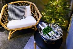 Neues Jahr ` s Innenraum Ein kleiner künstlicher Weihnachtsbaum mit Spielwaren und Kerzen Glasumhüllung stockfoto