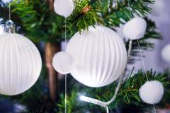 Neues Jahr ` s Innenraum Ein kleiner künstlicher Weihnachtsbaum mit Spielwaren und Kerzen Glasumhüllung stockfotos