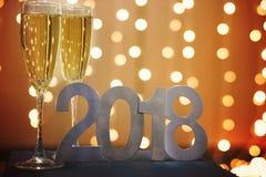Neues Jahr ` s Karte im Jahre 2018 mit Champagner auf dem Hintergrund von festlichen Girlanden Stockbilder