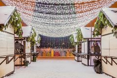 Neues Jahr ` s Kathedralen-Quadrat mit Weihnachtsdekorationen in Belgorod-Stadt Lassen Sie mit LED-Girlanden unter dem Weihnachte Stockfotos