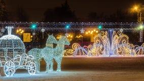 Neues Jahr ` s Kathedralen-Quadrat mit Weihnachtsdekorationen in der Mitte von Belgorod-Stadt Helle Pferde LED mit einer Wagendek Stockbild