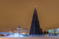 Neues Jahr ` s Kathedralen-Quadrat mit Weihnachtsdekorations- und -lichttannenbaum in der Mitte von Belgorod-Stadt Lizenzfreies Stockfoto
