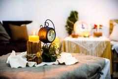 Neues Jahr ` s Kerze auf einer festlichen Tabelle Stockfotografie
